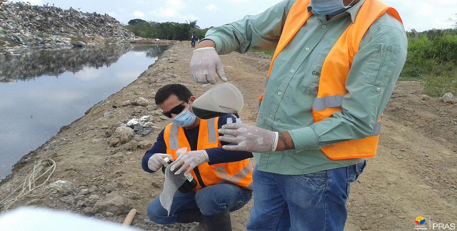 Toma de muestra de agua en botadero de basura. (El Oro. 2015)